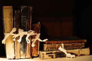 800px-Old_books